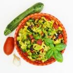 Ricetta estiva: Zucchine a nastro con pomodori e olive