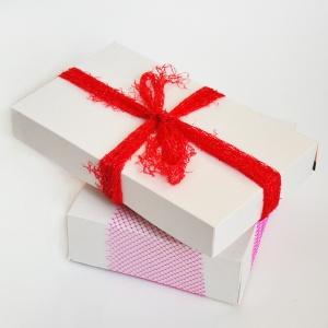 Crea pacchi regalo ecologici ed economici! Le scatole dei cereali diventano scatole e una retina di frutta colorata recuperata diventa un fiocco allegro! Le tue confezioni regalo saranno unici! www.cucicucicoo.com