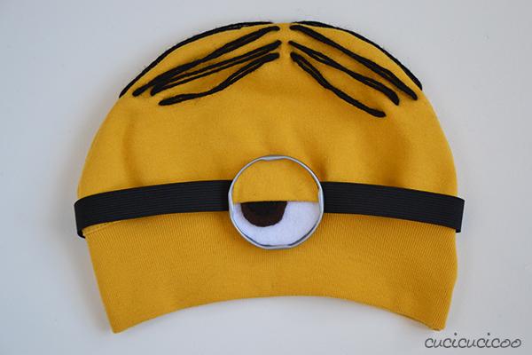 Cappello da Minion fai da te con capelli e occhiali
