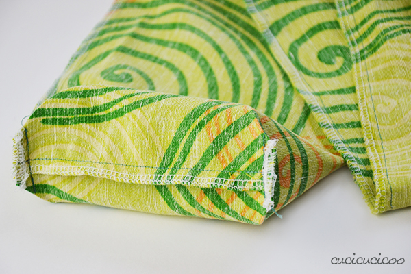 Do you hate have to wrangle with your umbrella every time you bring it to the beach? Well, then sew your own beach umbrella carry bag with a comfy strap! Free sewing tutorial by cucicucicoo.com