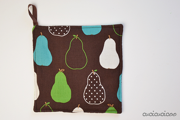 "Free Tutorial: Easy pot holder pattern using the method Turn and Topstitch. Part of the ""Learn to Machine Sew"" series on www.cucicucicoo.com!"