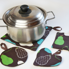 """Free Tutorial: Easy pot holder pattern using the method Turn and Topstitch. Part of the """"Learn to Machine Sew"""" series on www.cucicucicoo.com!"""