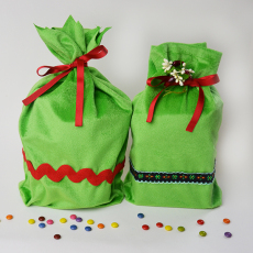 Easy DIY gift bags with boxed corners. No drawstring casing necessary! Tutorial on www.cucicucicoo.com