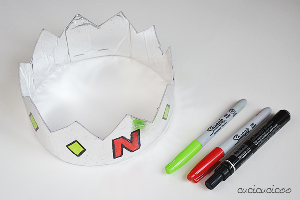 Tutorial: Make easy recycled crowns for kids with foil wrapping paper and cardboard | www.cucicucicoo.com