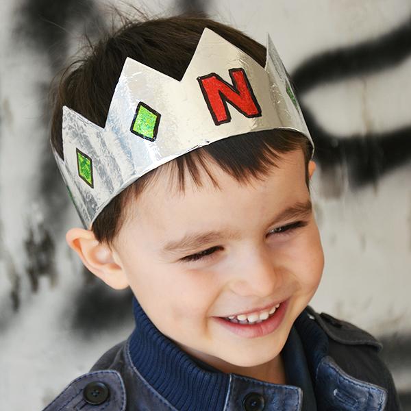 Tutorial: Ricicla la carta delle uova di Pasqua per fare delle corone riciclose semplici per i tuoi bambini in 5 minuti! | www.cucicucicoo.com