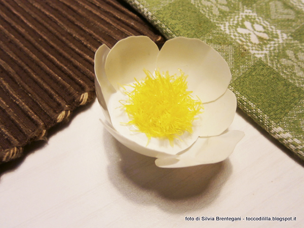 Tutorial: How to upcycle yogurt cups and fruit nets and turn them into cute primrose flowers, perfect for decorating your home in all sorts of eco-friendly ways! Tocco di Lìllà for www.cucicucicoo.com