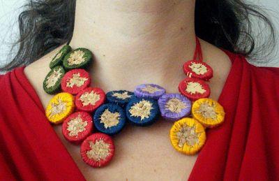 Fai da te: collana colorata da tappi di sughero ricamati