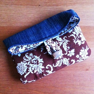 DIY tutorial: How to sew a clutch bag from repurposed jeans. A tutorial by Le Pecionate for www.cucicucicoo.com