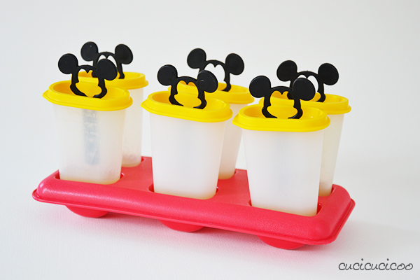 How to make healthy DIY popsicles: a fun and no-guilt way to cool down with kids in the summer! Classic plastic popsicle mold. www.cucicucicoo.com