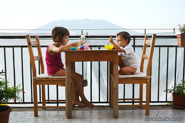 Beating the summer heat: Refreshing summer activities for kids! Start the day off by eating breakfast outside before it gets hot. www.cucicucicoo.com