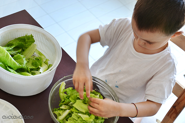 Beating the summer heat: Refreshing summer activities for kids to do in the house, without taking a step outside! Making a salad is a great and fun sensorial activity. www.cucicucicoo.com