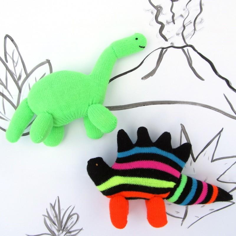 "Gioia Giurassica! Come riciclare i guanti in ""Guantosauri"" riciclosi. Tutorial di peluche di animali piccoli da guanti di Sweater Doll per www.cucicucicoo.com"
