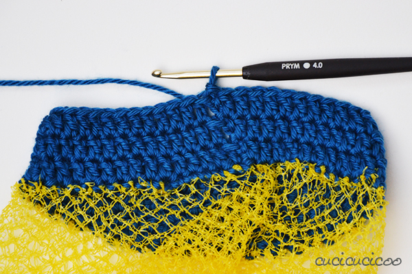 DIY Tutorial: Crochet carry bags for kids from upcycled fruit nets. A quick gift in under an hour, perfect for collecting treasures at the beach or in the woods! www.cucicucicoo.com