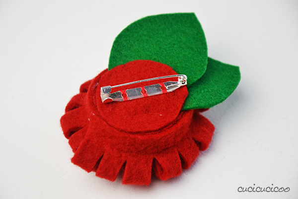 DIY felt flower brooches - no sew! | www.cucicucicoo.com