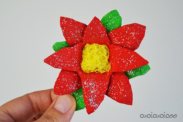 Crea stelle di natale fai da te di carta dai cartoni delle uova recuperati! Un progetto di riciclo per i bambini, per l'albero di Natale o da regalare! Tutorial a www.cucicucicoo.com