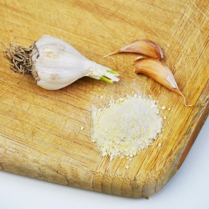 How to make homemade garlic salt: a super simple recipe by www.cucicucicoo.com