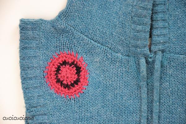 Due metodi di rammendo creativo sul maglione di lana: punto maglia e uncinetto. www.cucicucicoo.com