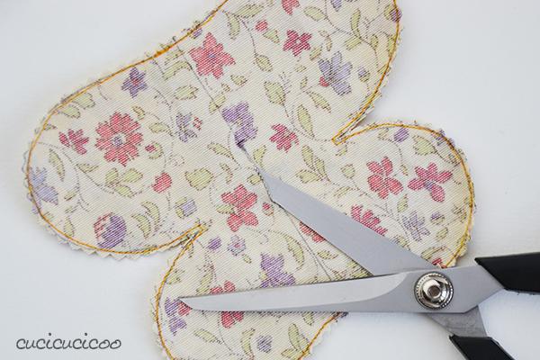 Farfalle di stoffa fai da te: porta un po' di colore ed allegria alla primavera usando i ritagli di tessuto! Un tutorial di www.cucicucicoo.com