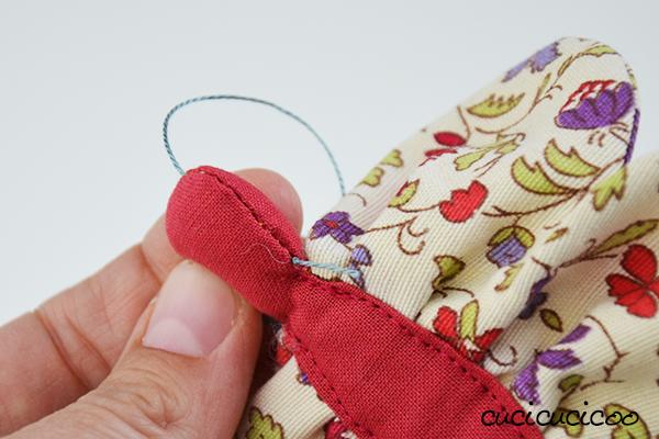 Farfalle di stoffa fai da te: porta un po' di colore ed allegria alla primavera usando i ritagli di tessuto! Un tutorial di www.cucicucicoo.comm