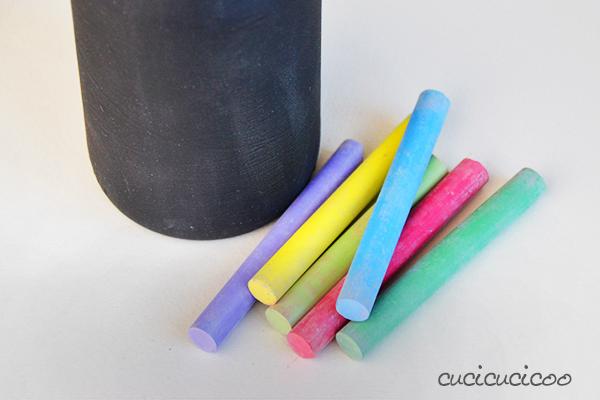 Crea due vasi fai-da-te personalizzati e costo zero per la Festa delle Mamme con materiali di recupero: riciclo creativo con bottiglie di vetro, colla e pittura! Un tutorial di www.cucicucicoo.com #riciclocreativo