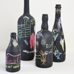 Wine bottle crafts: Make upcycled vases with craft materials you already have! 2 great ideas with paint and glue! A DIY tutorial by www.cucicucicoo.com #winebottlecrafts