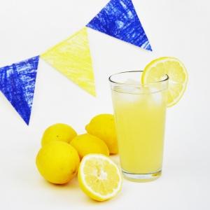 Tieniti rinfrescato con la limonata SENZA ZUCCHERO fatta in casa! Questa ricetta è salutare e naturale, è buonissima e ti tiene fresco nei mesi caldi! www.cucicucicoo.com