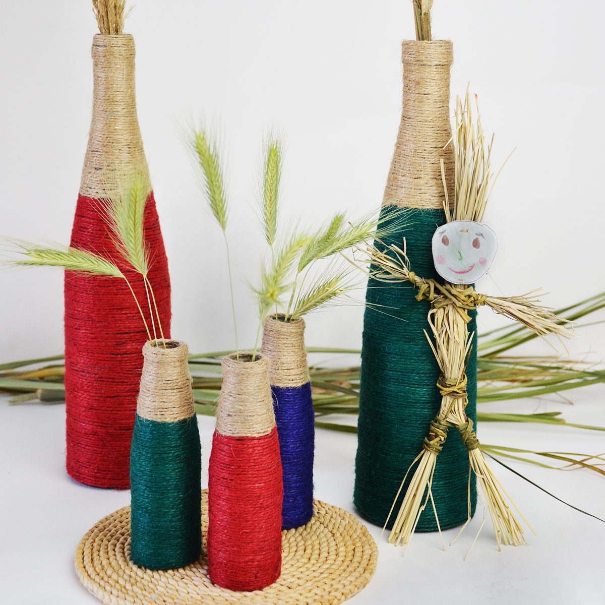 Diy wine bottle vases with colored twine cucicucicoo for Diy wine bottle gifts