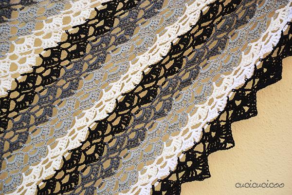 Serve spesso qualcosa con cui coprire le spalle nelle serate estive. Si può usare Evening Breath, uno schema per scialle all'uncinetto, anche come sciarpa! Schema gratuito di Drops fatto in versione scala di grigi da www.cucicucicoo.com