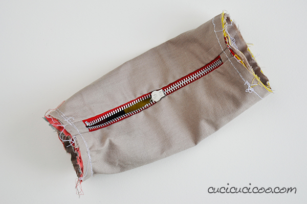 FREE sewing pattern! Get ready for school with this fully lined pencil-shaped pencil case tutorial by www.cucicucicoo.com