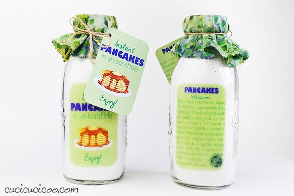 Basta con i regali inutili… quest'anno regala una colazione gustosa! Metti questo preparato per pancake americani in un barattolo e attacca l'etichetta stampabile. Quattro dosi da 12 pancake ciascuna!