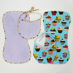 Keep your newborn and your shoulders clean with this free bib and burp cloth pattern! There are two variations (with or without bias tape), and they make for a quick and easy gift for a new mother! Get the free pattern at www.cucicucicoo.com!