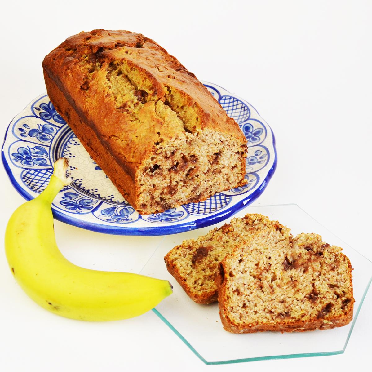 Hai la casa piena di cioccolato? Preparare questa Torta di Banane e Cioccolato è il modo perfetto per usare cioccolato avanzato dalle uova di Pasqua! Trova la ricetta da www.cucicucicoo.com!
