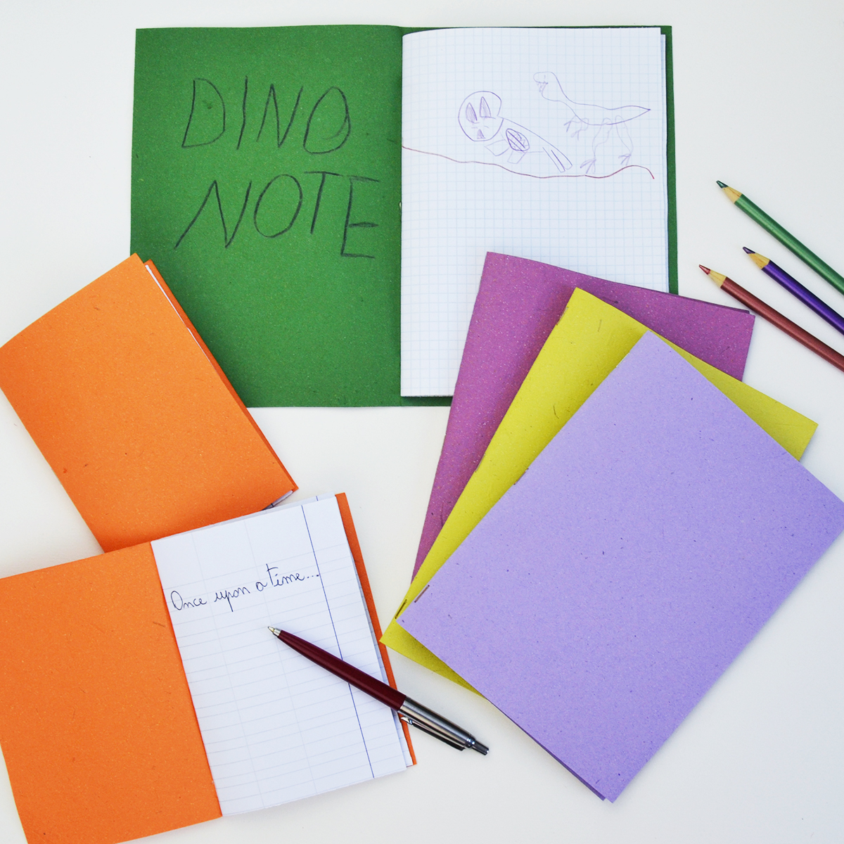 Rimangono sempre delle pagine nei quaderni alla fine dell'anno scolastico, quindi usale per creare dei libretti e quadernetti fai da te da riempire con disegni, racconti o segreti! Bastano 5 minuti ed è GRATIS!