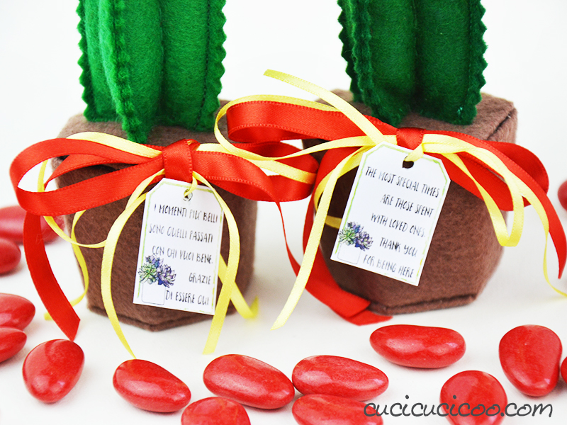Festeggia gli eventi più importanti con questa bomboniera cactus in feltro fatto a mano! C'è un template per la scatola portaconfetti a forma di vaso e il cactus con fiori, e anche biglietti di ringraziamento. Adorabile e semplice da creare!