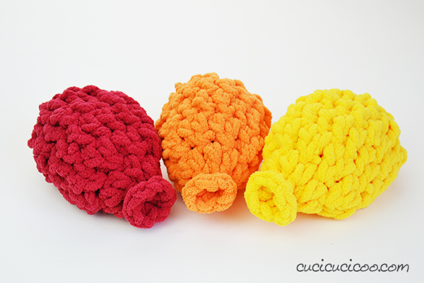Have summer water battles without having to pick up bits of broken latex with these awesome homemade crochet reusable water balloons! Fun to use in the yard or at a pool or lake, and perfect at a summer birthday party as a game, gift or party favor!