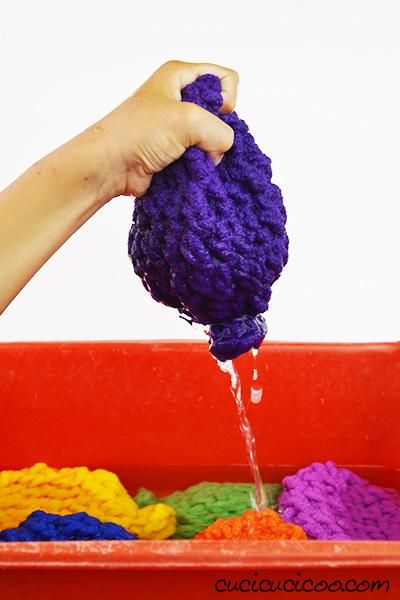 Divertiti e rinfrescati senza dover raccogliere pezzetti di plastica da terra con questi palloncini d'acqua fai da te fatti all'uncinetto! Divertimento nel giardino, in piscina o alla spiaggia, e perfetti ad una festa estiva come gioco, regalo o bomboniera!