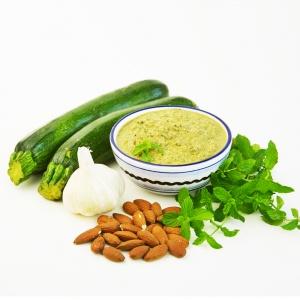 Prepara questa ricetta per un sugo estivo buonissimo in pochissimo tempo: Pesto di zucchine e menta con mandorle ed aglio! Perfetto per pasta o bruschette! #zucchine #ricettaestiva