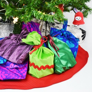 Rendi le feste più ecosostenibili e meno costosi con il riciclo creativo! Questo tutorial mostra quanto è semplice cucire una gonna per l'albero di Natale fai da te da una tovaglia! #natalefaidate #alberodinatale
