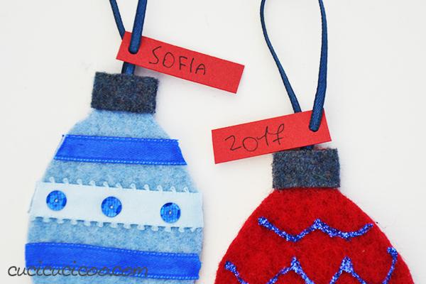 Anche i bimbi possono fare regali per gli altri! Si fanno questi semplici addobbi natalizi fai da te per bambini con i maglioni riciclati con un modello gratuito! Divertenti ed ecosostenibili! #natalefaidate #addobbifaidate