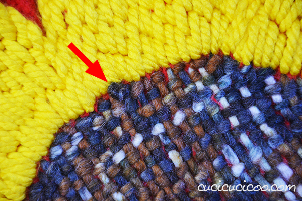 Trasforma un poncho di lana in un plaid con girasole ricamato! Ecco come ricamare con il filato spesso e quali punti funzionano meglio con questo tutorial. #ricamo #girasolericamato