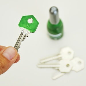 Hai le chiavi tutte uguali e vuoi sapere come colore le chiavi per personalizzarle? Bastano due minuti con questo truccho e un po' di smalto per le unghie! #smaltoperleunghie #dritteperlavita