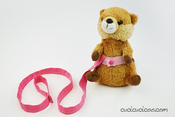 A tutti i bambini piace usare accessori con i giocattoli! Questo tutorial mostra come cucire un collare e guinzaglio per peluche di cane ed altri animali da gioco. #giocattolifaidate #giocattolihandmade #giochifaidate #giochihandmade
