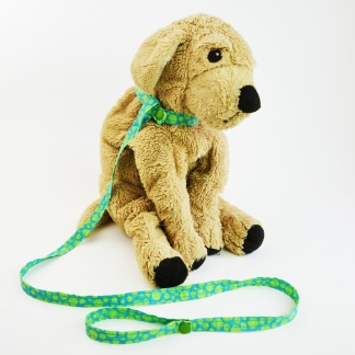 Do your kids love accessorizing their stuffed animals? This tutorial shows how to make a toy dog leash and collar from scrap fabric and snaps or velcro! #handmadetoys #diytoys #sewntoys #sewtoys