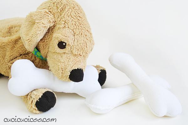 Tutti sono capace di cucire! Questo osso per cani di peluche è abbastanza semplice da creare anche per i bambini, ed è un accessorio perfetto per i loro cagnolini morbidi da gioco! #sewasoftie #giochifaidate #giocattolifaidate #cartamodellogratuito