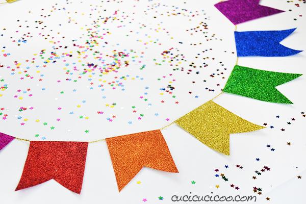 Cerchi il cartamodello per un festone bunting con più opzioni? Il modello Festone Celebrate! offre 5 forme in 4 misure, più 4 misure di lettere, numeri, forme e simboli da applicare sulle bandierine! Puoi personalizzare la tua ghirlanda in modi infiniti! #festone #ghirlanda #cucicucicoopatterns