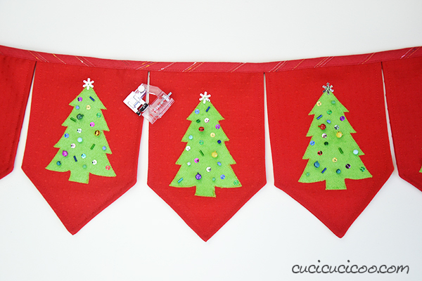 Ma che bello! Decora la casa in stile handmade con questo festone natalizio fai da te! Il template per l'albero di Natale è GRATIS, e bastano ritagli di stoffa da altri progetti di cucito e perline per realizzarlo! #decorazioninatalizie #decorazioninataliziefaidate