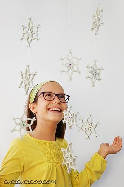 Ricrea la magia della nevicata dentro casa, ma senza il freddo! Crea questi fiocchi di neve di feltro da un materiale sorprendente: maglioni di lana infeltriti! Appendili all'albero di Natale o mettili sui pacchi regalo. Oppure infilali su un filo trasparente per appenderli dai mobili come festone oppure dai soffitti per un effetto decorativo magico! #fioccodineve #addobbinatalizi #decorazioninatalizie