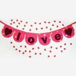 Che bello! Come cucire un festone per San Valentino con ritagli e lo sbieco. Ottima decorazione handmade che esprime l'amore ai tuoi cari il 14 febbraio o ogni giorno! #sanvalentino #decorazionisanvalentino #sanvalentinofaidate