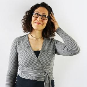 Clara Wrap, un cartamodello crop top cache coeur, è una maglietta trendy che si avvolge in vita, lasciando la pancia scoperta. Perfetta da portare sopra canottiere ed altri abiti estivi! #cartamodello #cachecoeur