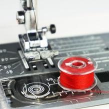 Hai una nuova macchina da cucire! È importante imparare come si pesca il filo della bobina per evitare problemi tipici del principiante, come fili aggrovigliati. Ecco come! #macchinadacucire #cucito